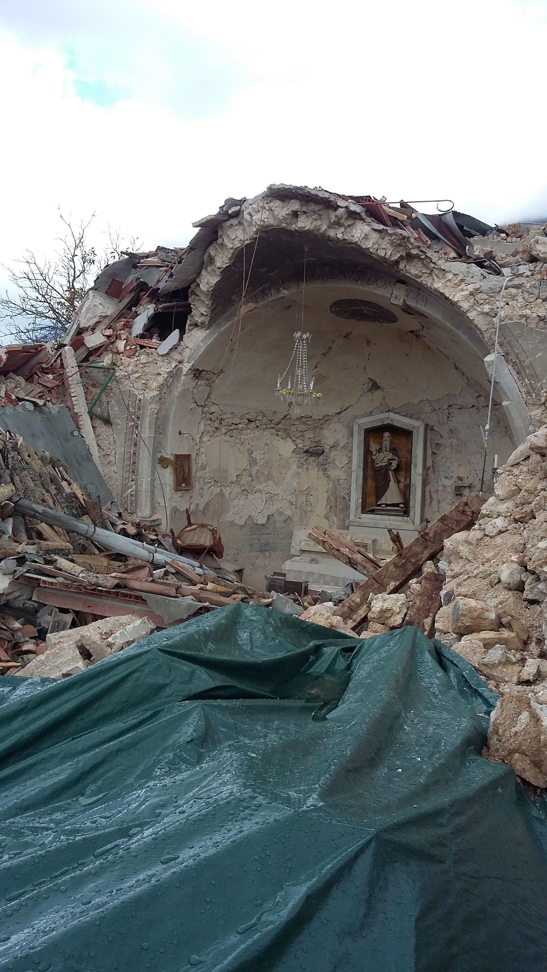 La chiesa distrutta