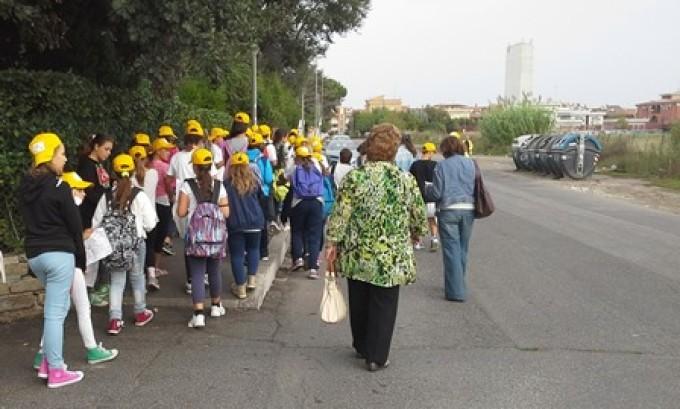 Vado a scuola con gli amici: anche nel Lazio tanti ragazzi oggi a scuola in bus, a piedi o in bici.