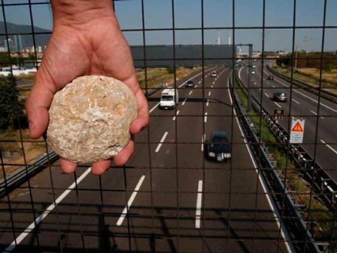 Nessuna responsabilità del gestore autostradale per sassi lanciati dal cavalcavia