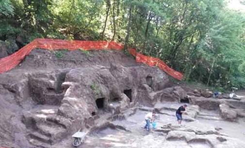Un'antica strada tagliata nel tufo La necropoli del Cavone di Monte Li Santi