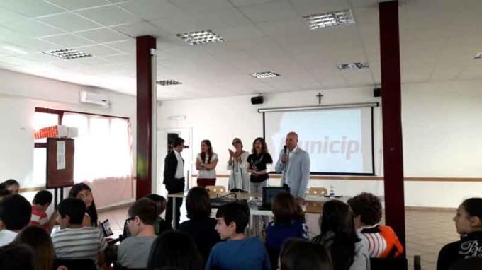 Colonna – Studenti insegnano agli adulti come usare l'app Municipium