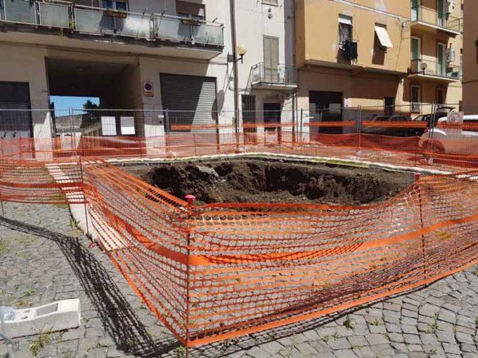 Velletri – Piazza Pagnoncelli è ancora prigioniera della enorme buca transennata!