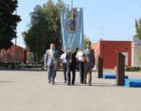 Alberto Bertucci, con il gonfalone cittadino alla cerimonia per il cambio del comandante del battaglione Nemi