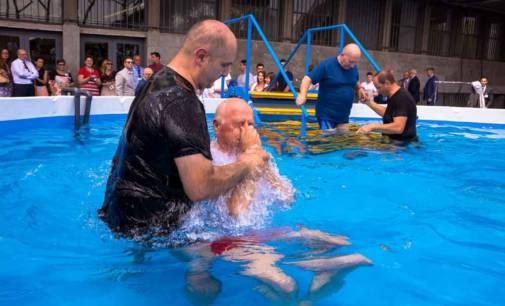 Testimoni di Geova a congresso