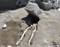 Pompei – In fuga dall' eruzione  schiacciato da un grosso blocco di pietra