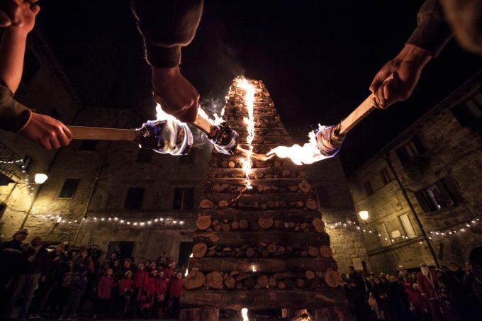 Abbadia San Salvatore (SI) e il Natale della tradizione: la Città delle Fiaccole aspetta la sua stagione più calda