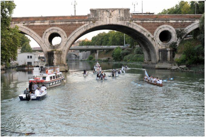 Si rinnova l'appuntamento sul Tevere: vestizione e, a Ponte Garibaldi, l'omaggio floreale