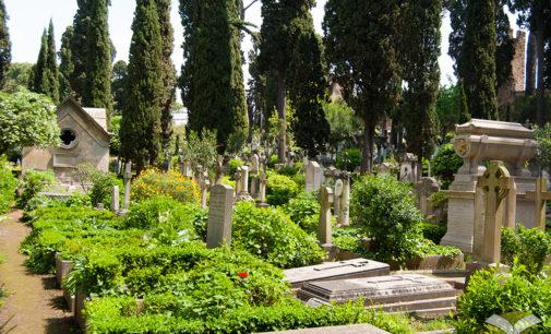 Il commiato da Camilleri al Cimitero acattolico di Roma, gli sia lieve la terra….