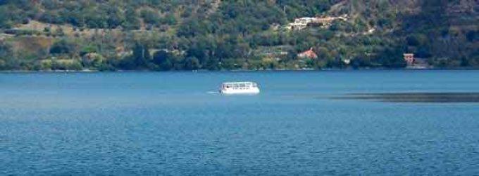 Agosto in barca sul lago Albano