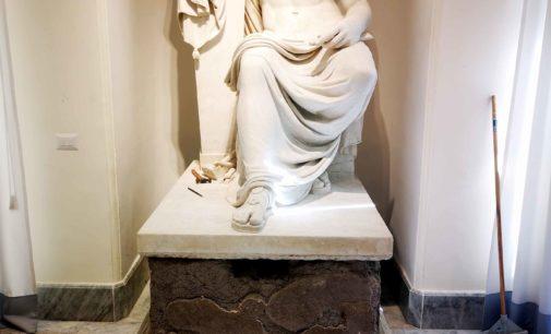 Da Palazzo Marconi a Palazzo Scala, la statua che raffigura il Canova in viaggio per Milano