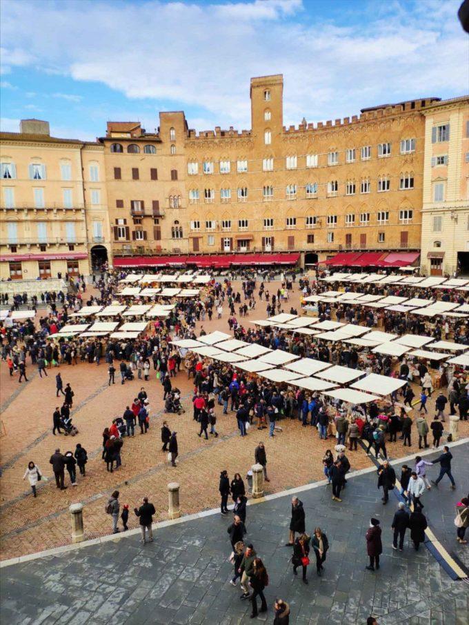 """Siena, in Piazza del Campo si rievoca il """"mercato grande"""""""