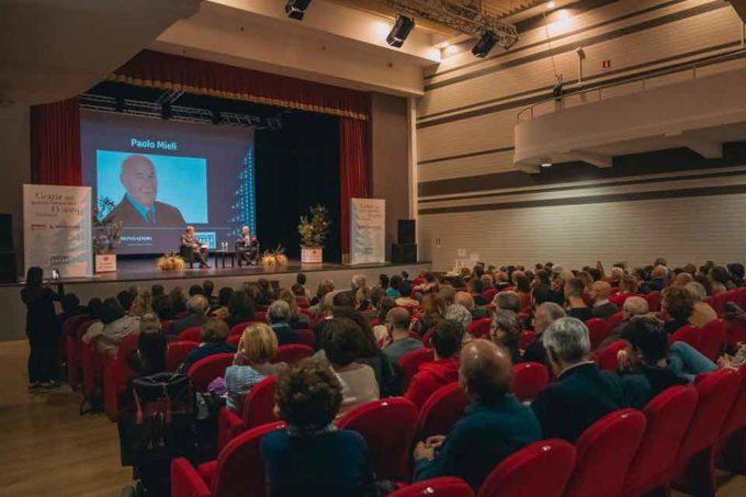 Quindici anni di Mondadori a Velletri: una festa con ospiti e tanto pubblico al Teatro Artemisio