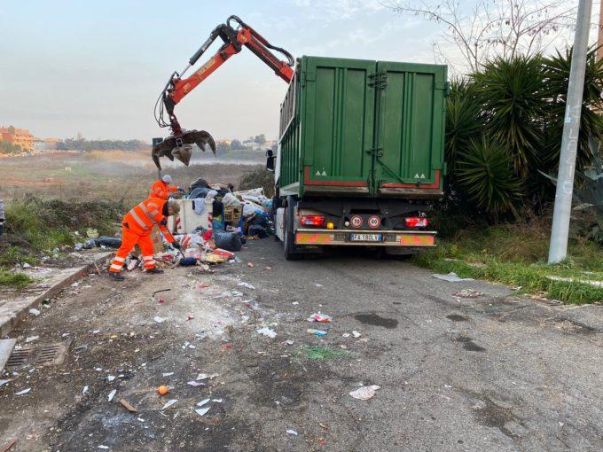 Contrasto al degrado urbano, nuova operazione delle Forze dell'Ordine in via Fellini: smaltiti circa 30 quintali di rifiuti