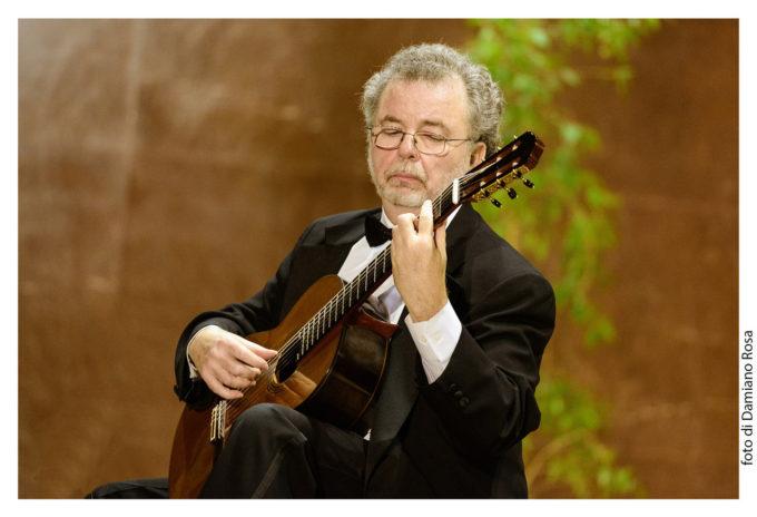 Manuel Barrueco il principe della chitarra in Vivaldi e Piazzolla, con I Solisti Aquilani, IUC