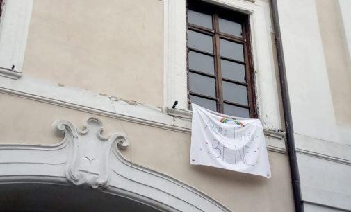 Albano Laziale, a Palazzo Savelli compare lo striscione «Andrà tutto bene»