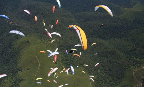 Deltaplani e parapendio tornano a colorare i cieli