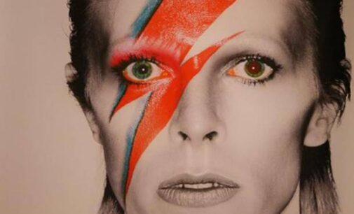 """Cinque anni dalla scomparsa di David Bowie, la rockstar nel libro """"Amore, morte e Rock'n'Roll"""""""