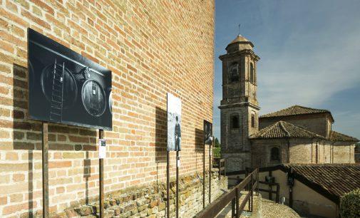 """Volti di Barbaresco – 39 """"cavalieri"""" in bianco & nero circondano la Torre Medievale"""