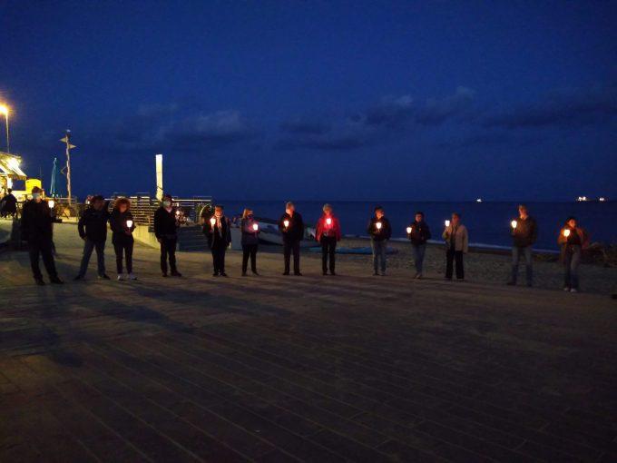 Preghiera interreligiosa serale di fronte al mare